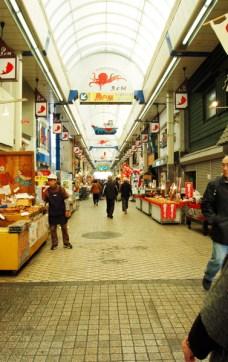 明石駅近くの魚の棚商店街。活気があります!