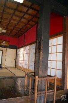 赤壁寺の柱には、当時の刀跡が残っています。