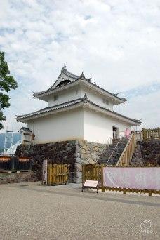 天守はないけど櫓や門がいくつか復元されていて、綺麗に整備されてる。