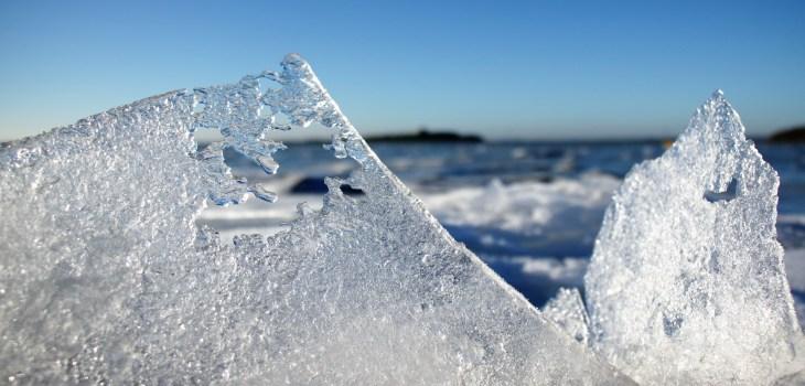 Kalø Slotsruin og en bugt dækket i is ved Nappedam.