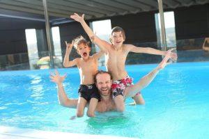 子供とおとながプールで遊ぶ