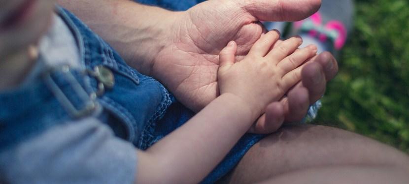La «Parentificación» consiste en tratar a un Niño como si fuera un Adulto