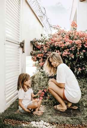mother and daughter in the garden, narcistische moeders doorgelicht