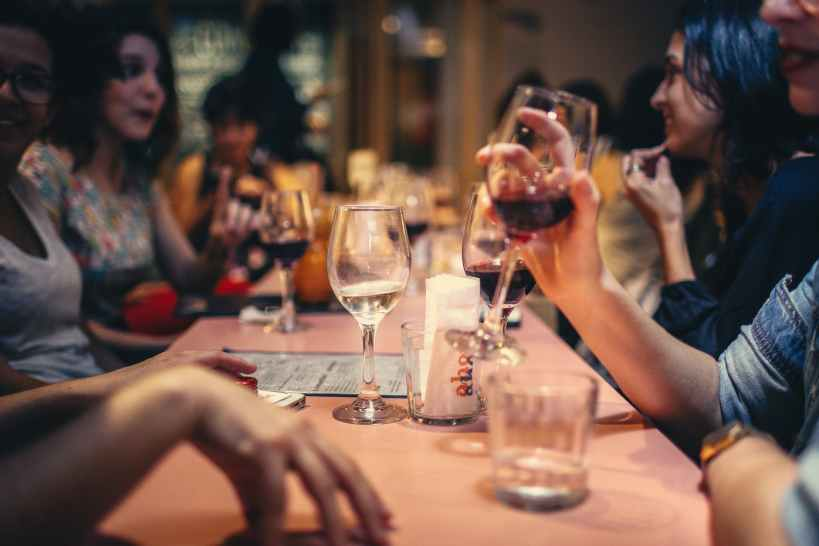 people drinking liquor and talking on dining table close up photo, slachtoffer van een narcistische misbruiker