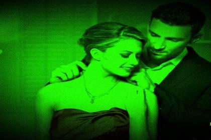 man doet halssnoer aan bij vrouw night vision voor narcisme.blog