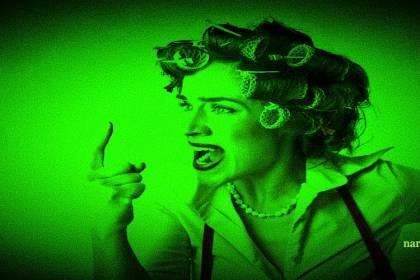 vrouw met krulspelden steekt vinger uit voor narcisme.blog
