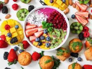 assorted sliced fruits in white ceramic bowl,creativiteit