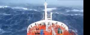 foto van schip in moeilijkheden in zware storm