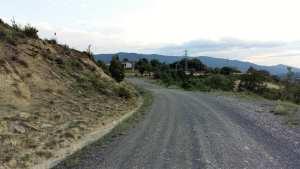 Foto van landelijke weg berglandschap voor narcisme.blog in Estella
