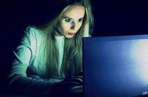 foto vrouw die onderzoekt met de computer