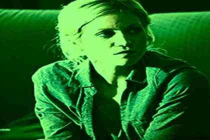 foto van een vrouw afwachtend zittend op een sofa de stillle behandeling