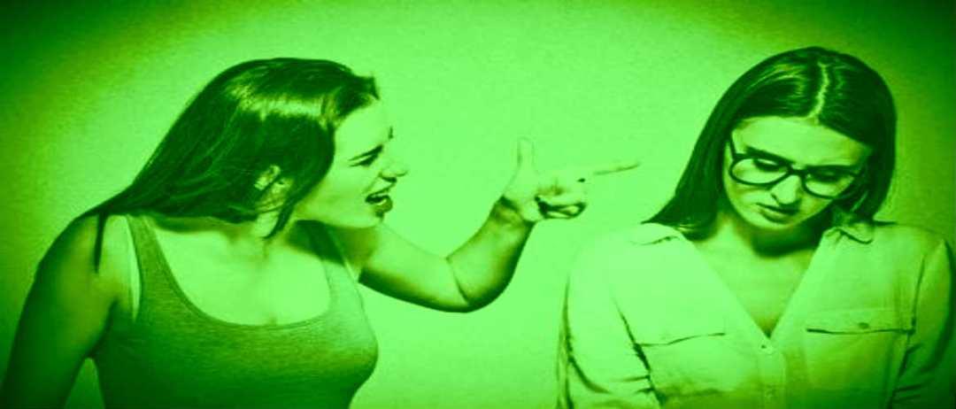 De narcist zet het volume luider met schreeuwen en roepen tot je in shock bent.