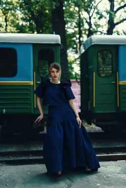 trendy young female tourist waiting on railway platform near train, verlof met een narcist, verlof met een narcist