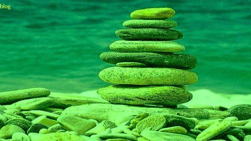 toren van stenen aan water voor narcisme.blog