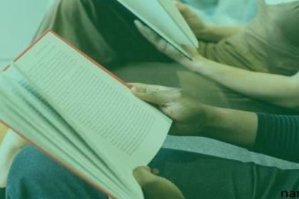 lezen in een boek voor narcisme.blog