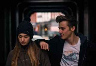 young couple in city at night, mishandeling van CVS patiënten door een narcist.