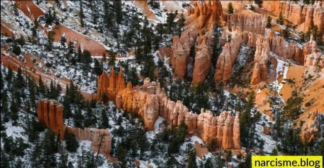 rode rotsen en sneeuw