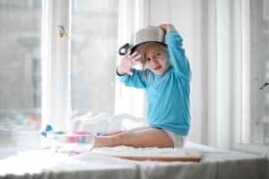 little girl playing with pan and flour in kitchen, gewenstheid van een bepaald gedrag