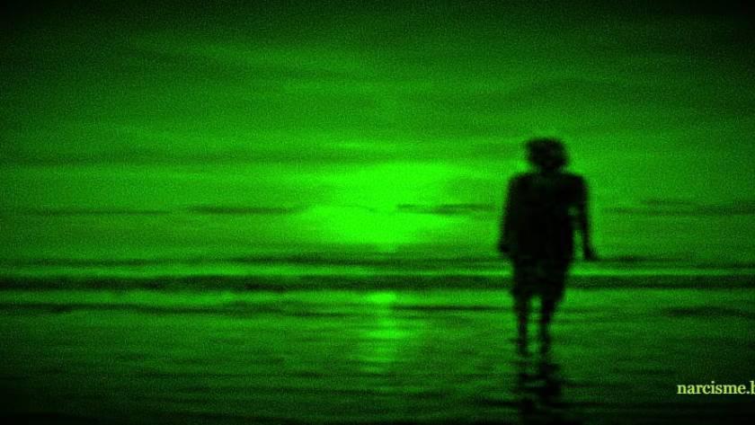 vrouw aan strand night vision voor narcisme.blog