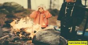 cover foto van vuurtje met kinderen voor narcisme.blog, genezing van de ouder helpt kinderen