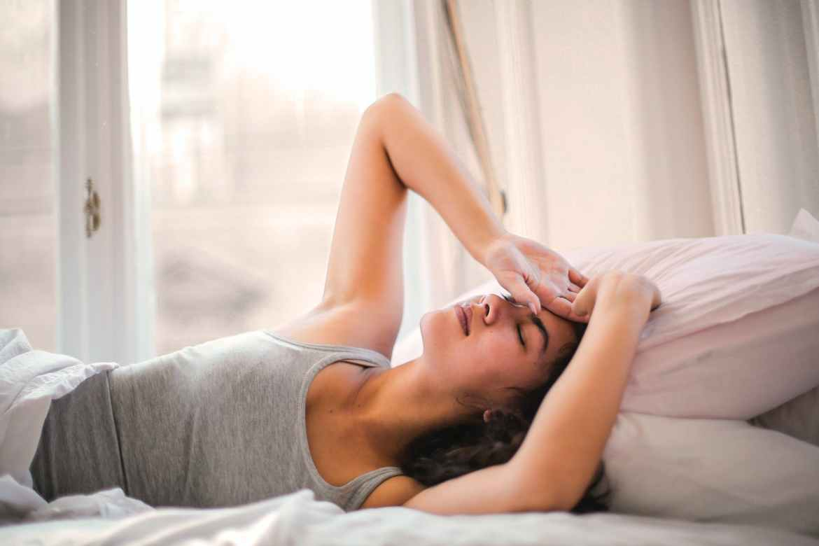 woman in gray tank top lying on bed, schuld geven