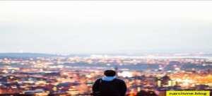 jongen die over de stad kijkt, gezondheidsrisico's met een narcist
