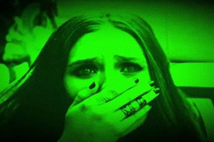 vrouw angstig kijkend voor narcisme.blog