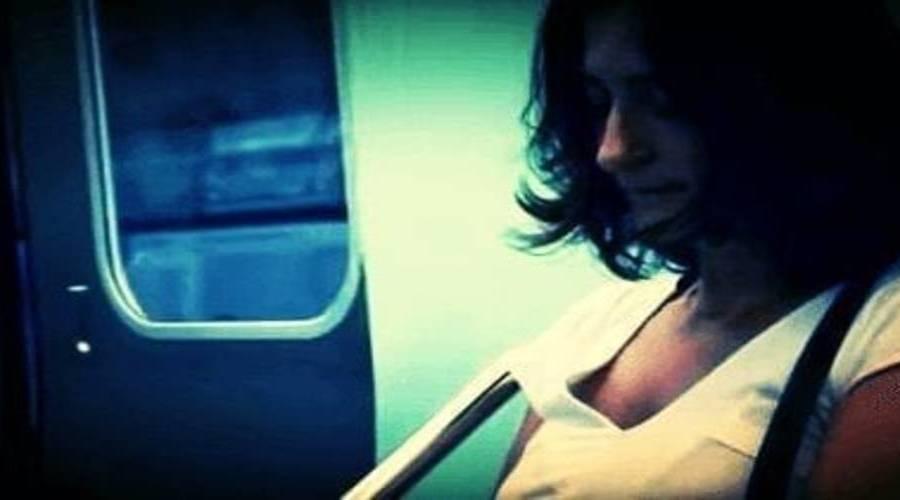 vrouw in tram voor narcisme.blog