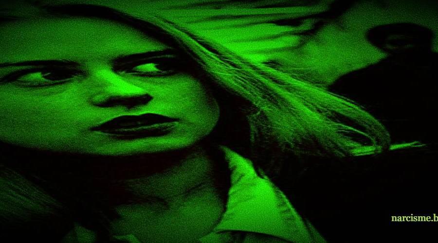 vrouw angstig aan het kijken voor narcisme.blog