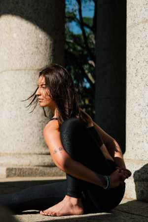 woman in black tank top and black leggings doing yoga, narcist en zijn handlangers