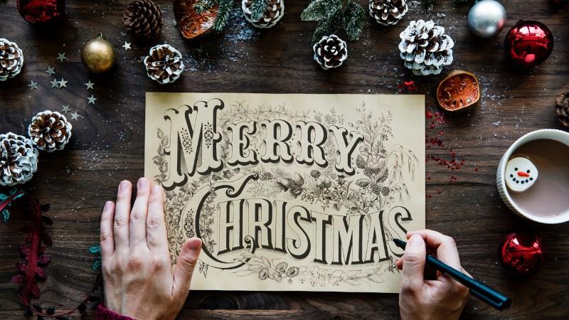 Comment écrire une histoire de Noël avec les tropes de Noël.