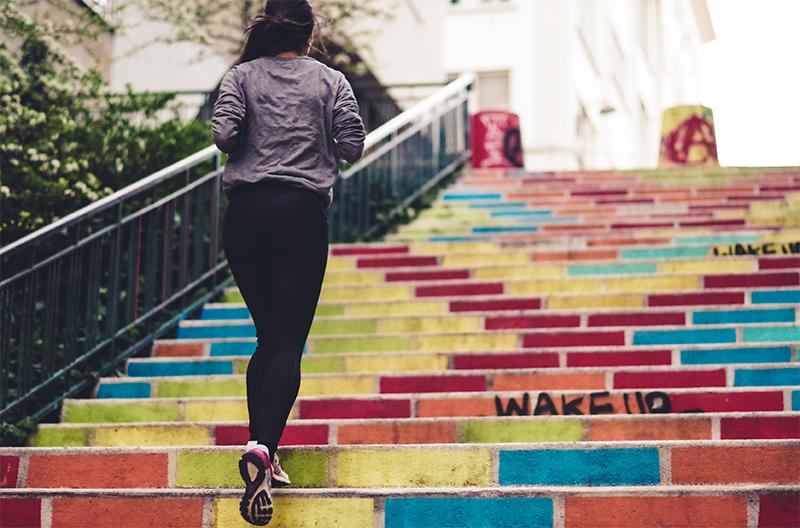 La photo illustre une joggeuse montant facilement des escaliers afin d'illustrer une nouvelle astuce pour écrire vite.