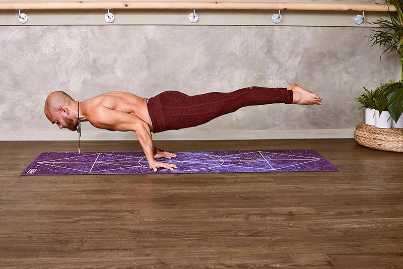 Un homme en équilibre représente le travaille d'équilibre des comparaisons de niveau avancé.