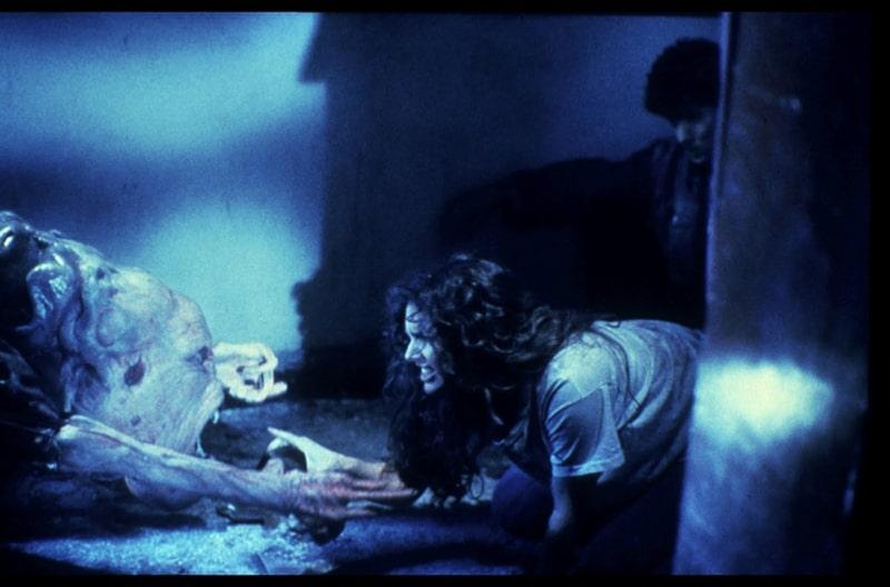 Cette image illustre une scène du film Hellraiser le Pacte de Clive Barker représentant une femme sur le point d'être attrapé par un monstre difforme