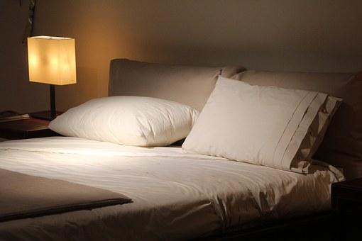 ベッドの上にある枕