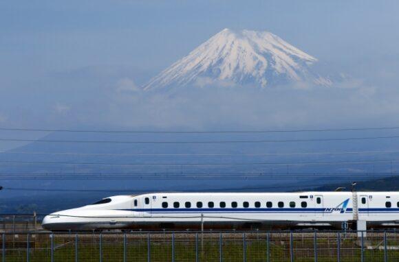 富士山を背景に走る新幹線