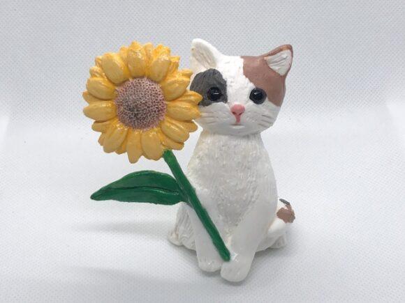 花を持った猫の人形
