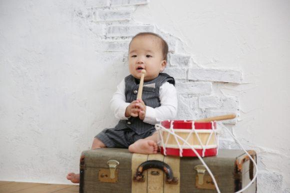 太鼓のバチを持つ子供