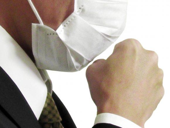マスクをして咳をする男性