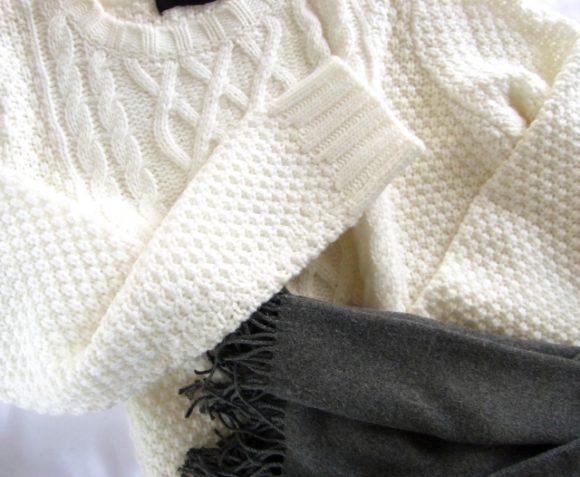白いセーターとグレイのマフラー