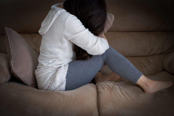苦しむ女性