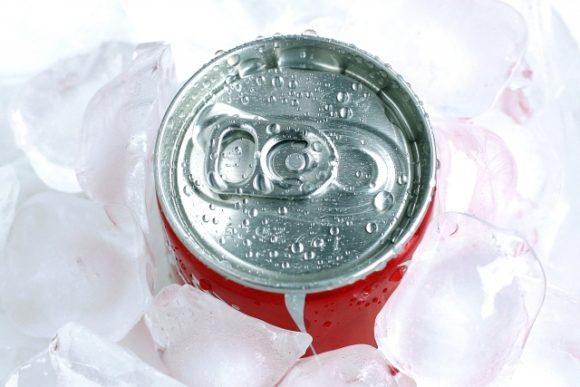 氷で冷やした缶ジュース