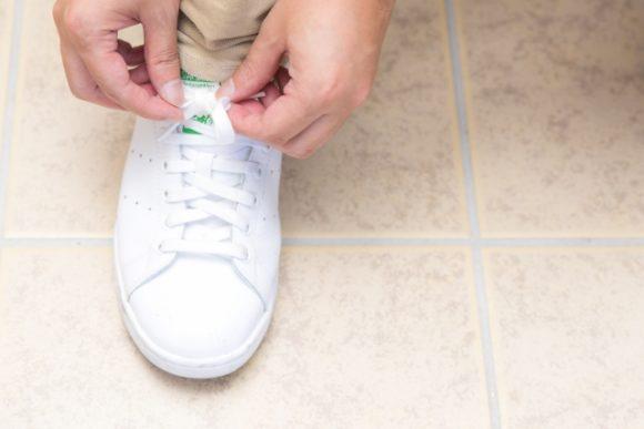スニーカーの靴紐を結ぶ