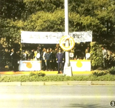 ③桃園県大溪の寝陵までの沿道には、60万人もの人たちが長時間立ちつくした。蔣総統の霊を送った。