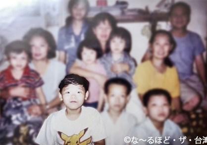 ミャンマーにいた子ども時代。ポケモンのTシャツを着ているのが陳さん(前列右から3番目)。
