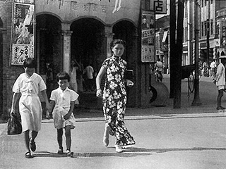 台北の街を歩くチャイナドレス姿の女性