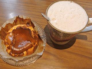 桑椹拿鐵(桑の実ラテ)とバスクチーズケーキ