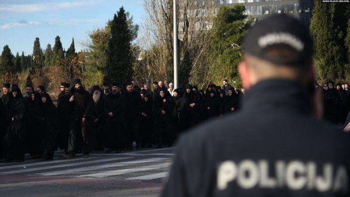 MILO NE ODUSTAJE OD OTIMANJA SVETINJA: Policija opkolila parlament CG, opozicija izlazi na ulice (FOTO) 1