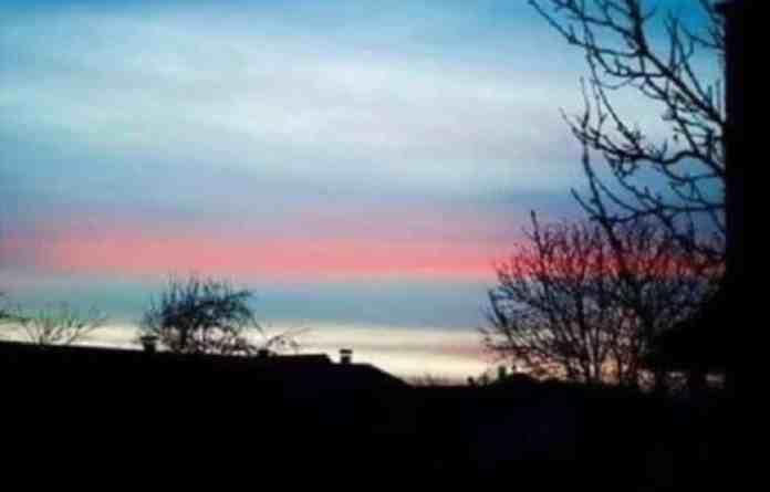 ČUDO BOŽJE: Nebo u Crnoj Gori osvanulo u bojama trobojke (FOTO) 1