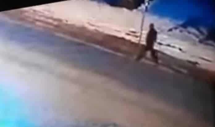 UZNEMIRUJUĆI SNIMAK IZ IVANJICE: Automobil pokosio pešaka, pa pobegao (VIDEO 18+) 1